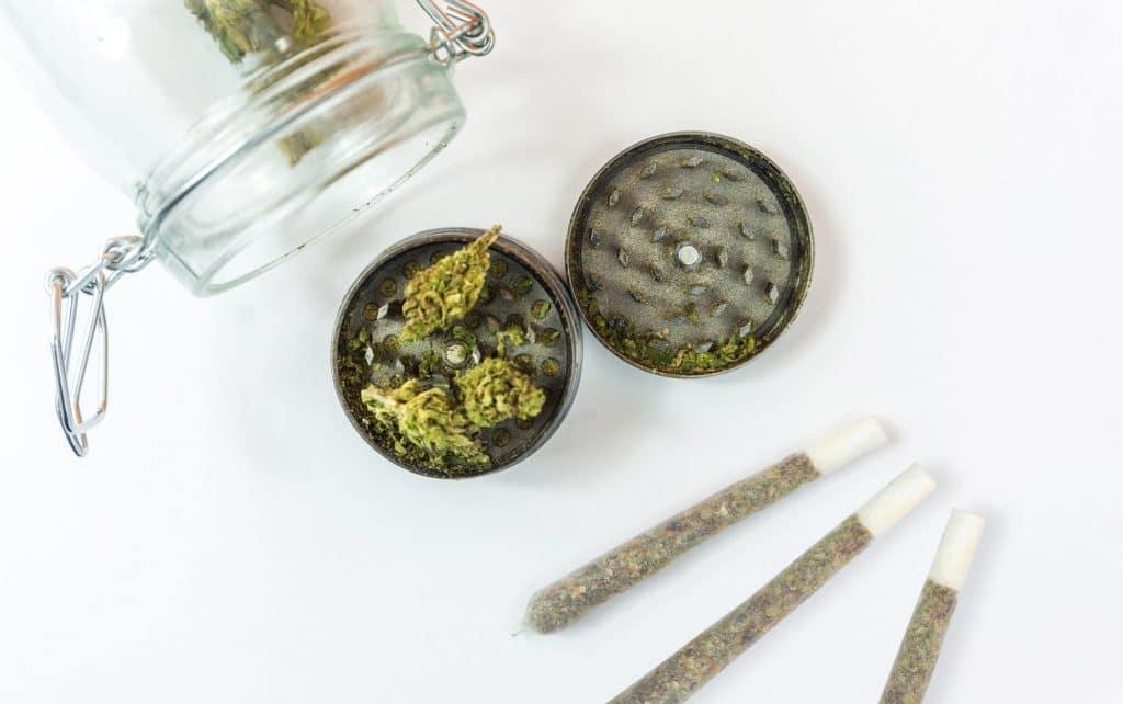 Le grinder permet de broyer la tête de cannabis. Un accessoire qui trahit la consommation.